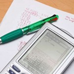 Ручка и калькулятор на столе